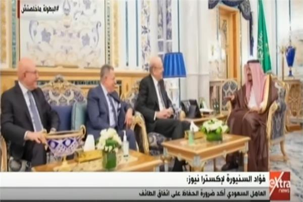 الملك سلمان اثناء استقبال الوفد اللبناني برئاسة فؤاد السنيورة