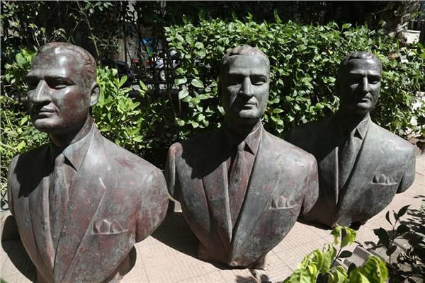 الثقافة تتسلم ٣ نسخ من تمثال برونزى نصفي للرئيس عبد الناصر من قطاع الاعمال