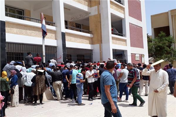 إقبال الطلاب وأولياء الأمور على مكتبتظلمات الثانوية العامة بالبحيرة