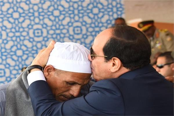 الرئيس السيسي يقبل رأس والد الشهيد الرقيب أحمد عبد العظيم