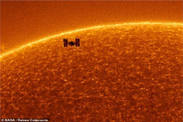لحظة مرور محطة الفضاء الدولية أمام الشمس