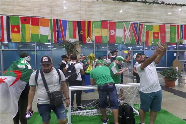 الجزائرين يعبورن عن فرحتهم بالوصول إلى النهائي بمطارالقاهرة