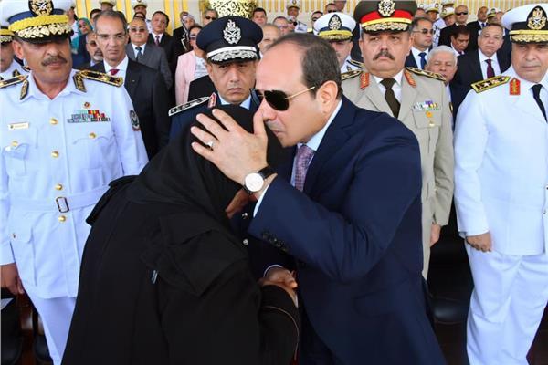 الرئيس السيسي يكرم والدة الشهيد عمر القاضي