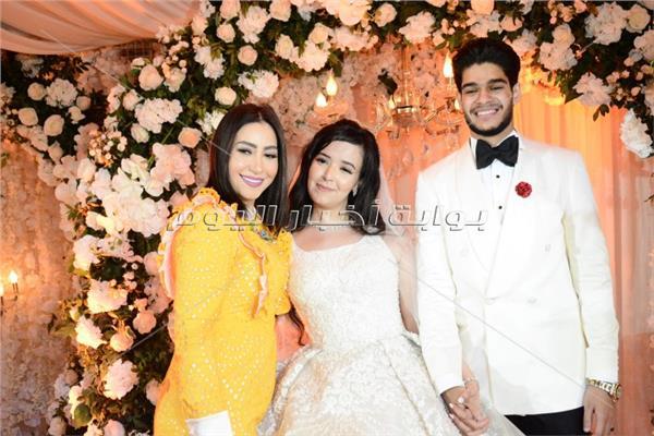بوسي مع العروسين