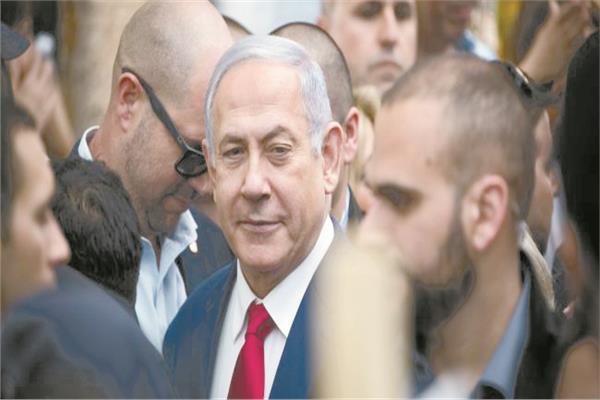 الارتياح والشماتة على وجه نتانياهو بعد إلقاء قنبلته فى وجه منافسه إيهود باراك