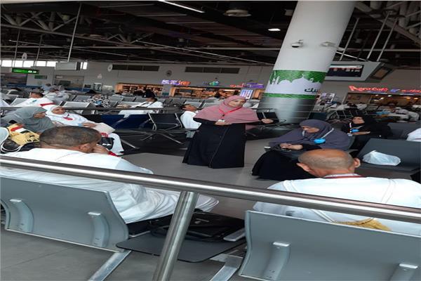 وعاظ وواعظات الأزهر يواصلون حملاتهم داخل المطارات للتوعية بمناسك الحج