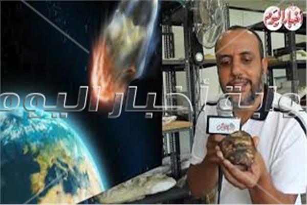 هشام سلام يستعرض قطعة من النيزك