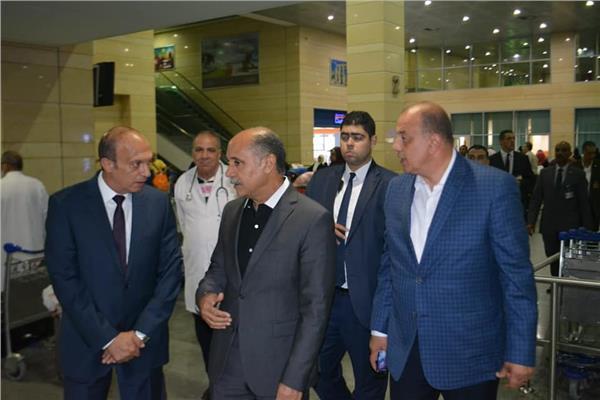 وزير الطيران المدنى فى جولة تفقدية بمطار برج العرب الدولى لمتابعة سفر حجاج بيت الله الحرام