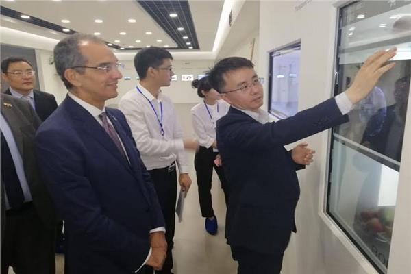 وزير الاتصالات يلتقي كبرى الشركات الصينية بمجال صناعة الإلكترونيات