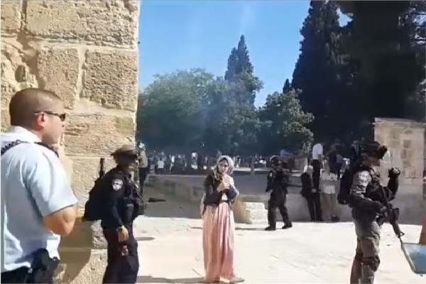 اشتباكات عنيفة بين المصليين الفلسطينيين وعناصر الشرطة الإسرائيلية
