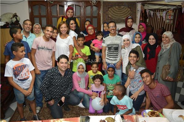 ريم البارودي وسالي عبد السلام يزوران إحدى دور الأيتام