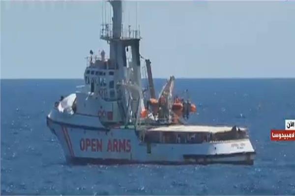 عمليات إنقاذ مهاجرين عالقين قبالة سواحلإيطاليا