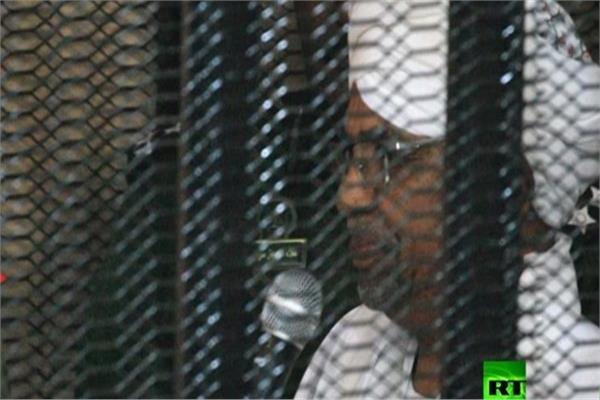الرئيس السودانى المعزول من داخل القفص فى أولى محاكماته