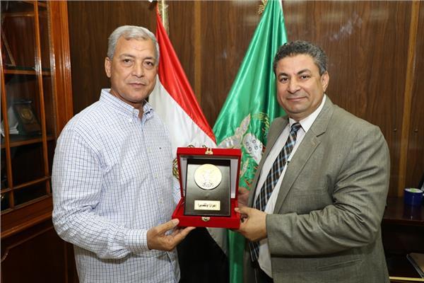 محافظ المنوفية يكرم الدكتور حمدى جامع وكيل وزراة الزراعة بالمحافظة