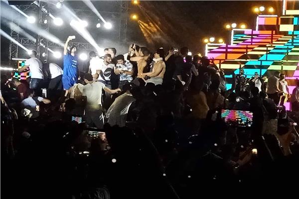 جمهور محمد رمضان بدون ملابس في حفله