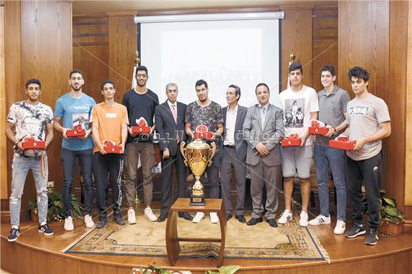 الكاتب الصحفى الكبير ياسر رزق رئيس مجلس إدارة دار أخبار اليوم مع أبطال كأس العالم لناشئي كرة اليد
