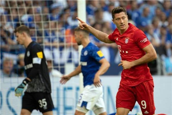 """""""هاتريك"""" ليفاندوفيسكي يقود بايرن ميونخ للفوز على شالكه 3-0 بالدوري الألماني"""
