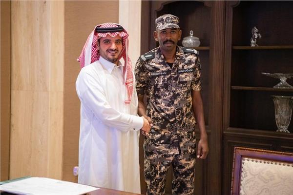 صورة للطالب مع وزير الداخلية السعودي