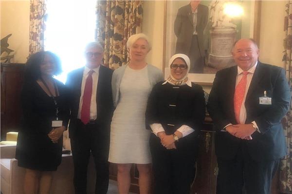 وزيرة صحة مع وفد الكلية الملكية البريطانية