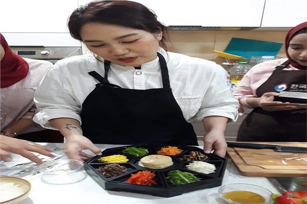 المركز الثقافي الكوري ينظم يومًا لتعليم الطبخ والتبادل الثقافي