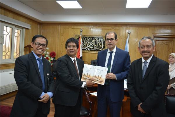 نائب رئيس جامعة الأزهر يستقبل وفدا إندونيسيا