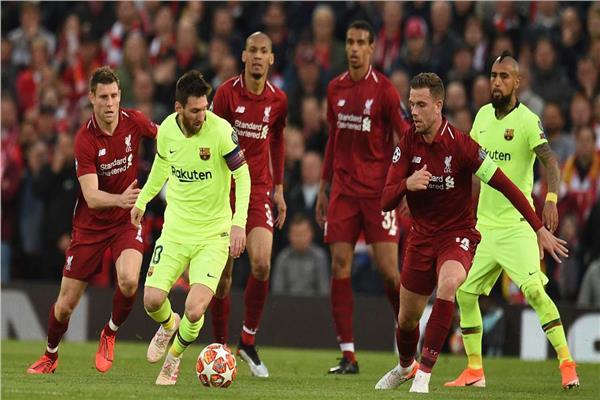 ميسي محاصر بين لاعبي ليفربول - أرشيفية