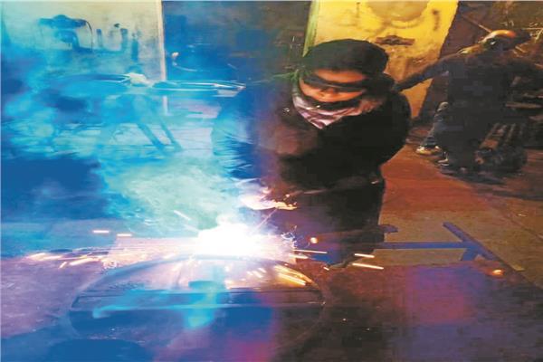 شيماء تمارس أعمال الحدادة