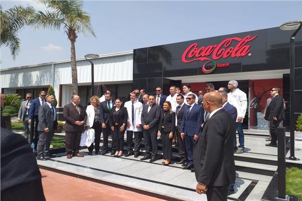 صورة تذكارية لرئيسالوزراءفي نهاية جولته بمصنع كوكاكولا