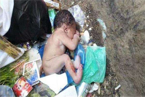 طفل في صندوق القمامة