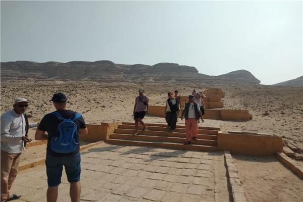 وفد سياحي من اسبانيا يزور المناطق الأثرية بالمنيا