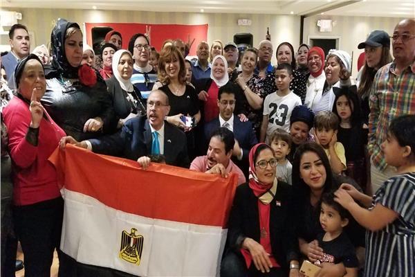 فيديو| المصريون يحتشدون أمام مقر الرئيس بنيويورك ويهتفون «تحيا مصر»