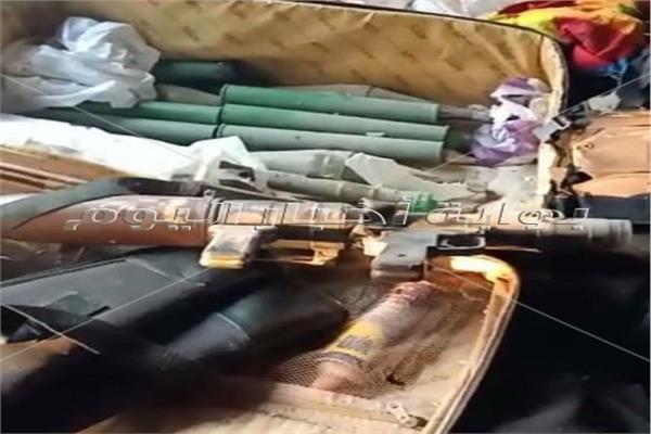 جانب من الأسلحة التي عثر عليها بالوكر الإرهابي