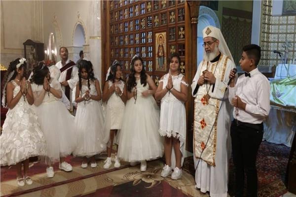 الأنبا بطرس يترأس قداس المناولة الاحتفالية في كاتدرائية يسوع الملك