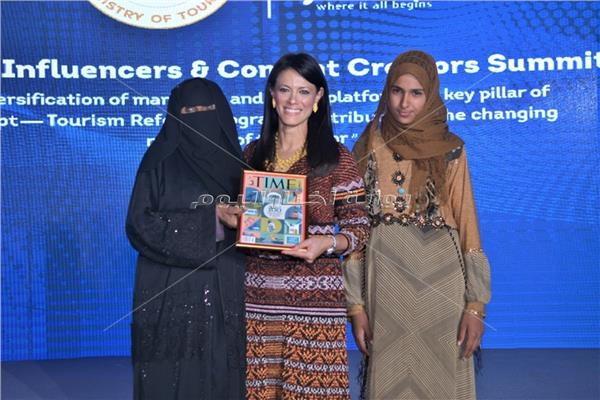 «أم ياسر» البدوية.. قاموس لغات لإرشاد السياح بين دروب سيناء