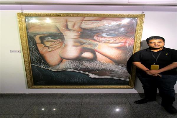 فنان يرسم لوحات من لحم ودم