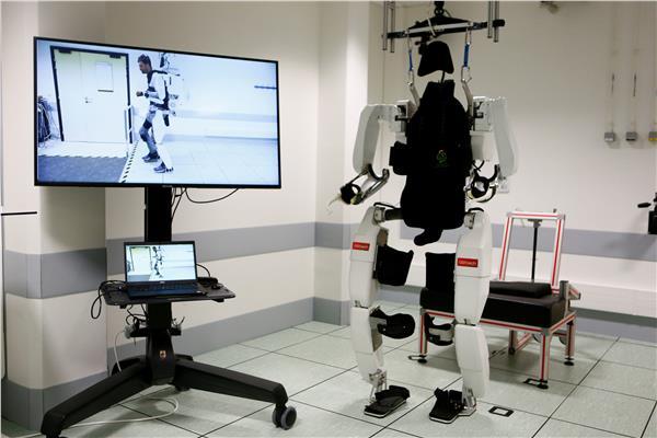 هيكل خارجي آلي يعيد لرجل مشلول القدرة على المشي مجددا