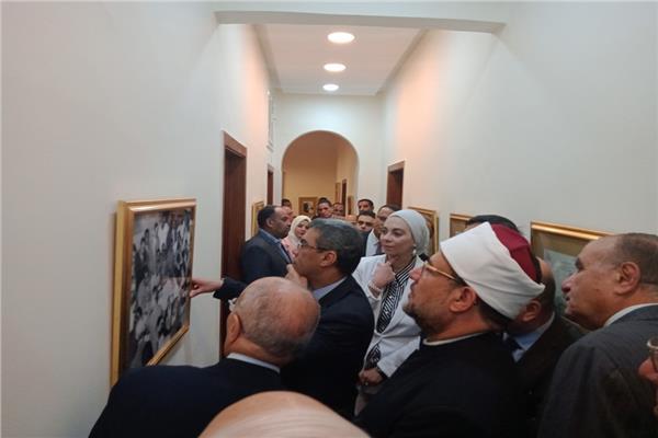 الحضور بمنتدى أخبار اليوم للسياسات خلال تفقد معرض الصور