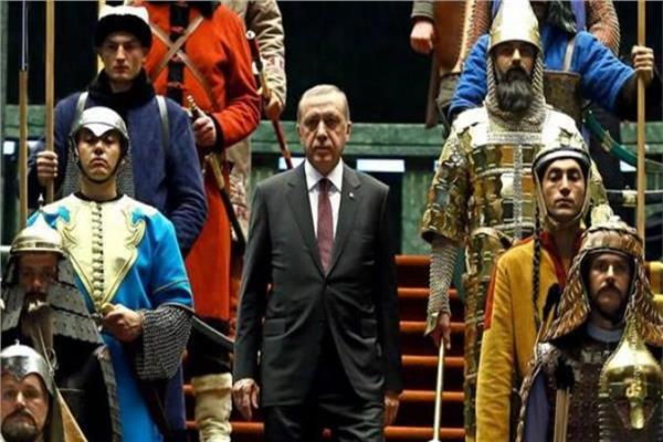 صورة للرئيس التركي وسط جنود يرتدون الزي العثماني القديم