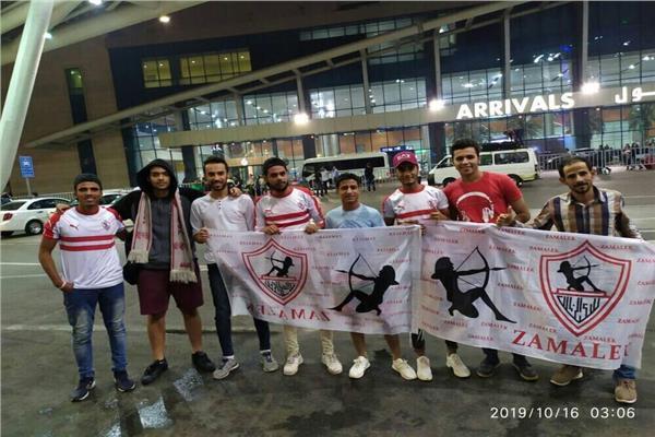 جماهير الزمالك تتوافد على مطار القاهرة لاسقبال فريق اليد