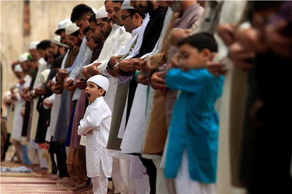 طفل يؤدي الصلاة
