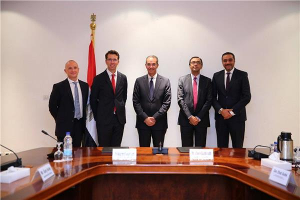وزير الاتصالات يشهد توقيع صفقة استحواذ فودافون العالمية على فودافون مصر للخدمات الدولية