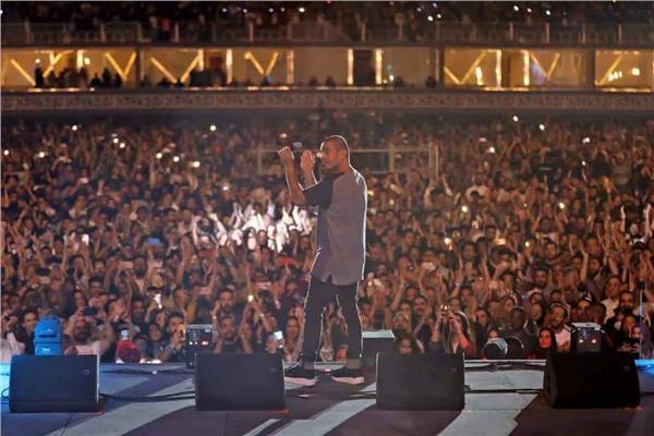 عمرو دياب يزلزل موسم الرياض والآلاف يغنون معه
