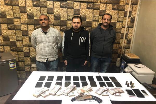 ضبط 3 عاطلين بحوزتهم كيلو حشيش وسلاح ناري