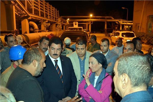 محافظ القليوبية ووزيرة البيئة داخل مصنع أسمدة أبو زعبل