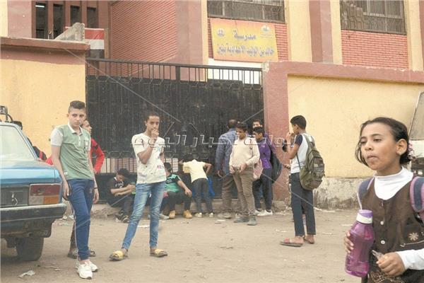 تجمعات الطلاب أمام المدارس في وقت الدراسة