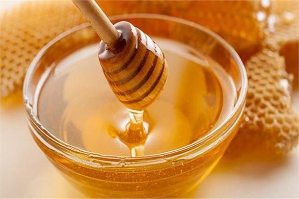يفوق «الكورتيزون» ويوحد لون البشرة.. العسل سحر لا غني عنه