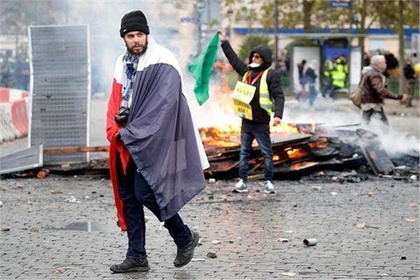 صورة من رويترز لاحتجاجات السترات الصفراء