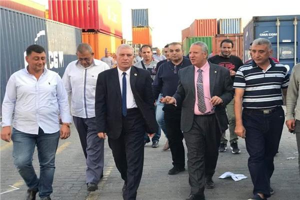 رئيس مصلحة الجمارك يوجه بالإفراج عن البضائع في دمياط دون تأخير
