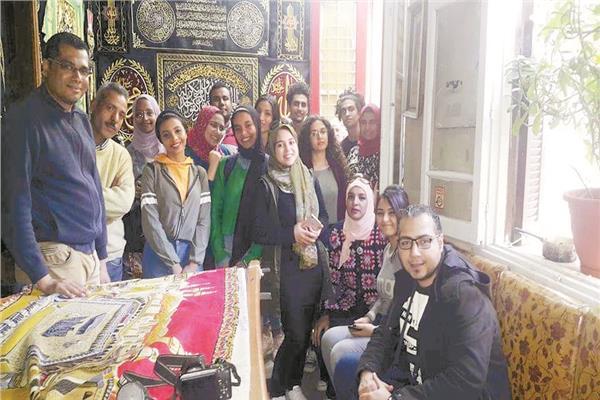 مصطفى كامل خلال إحدى دورات تعليم الحرف التراثية