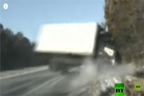 الشاحنة لحظة إنزلاقها